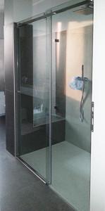 Vetrata senza infisso sul lato muro:  vetrocamera 8+8 mm/16 gas/5+5 mm basso emissivo