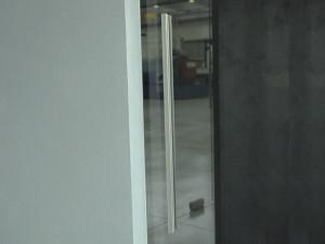 showroom Leali Vetri, porta a vetri, dettaglio maniglia lunga